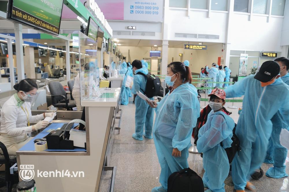 Gần 200 người Bình Định rời TP.HCM trên chuyến bay đặc biệt: Cầm tấm vé trên tay, ai cũng bồi hồi xúc động khi được về quê hương - Ảnh 11.