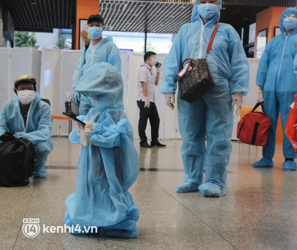 Gần 200 người Bình Định rời TP.HCM trên chuyến bay đặc biệt: Cầm tấm vé trên tay, ai cũng bồi hồi xúc động khi được về quê hương - Ảnh 15.