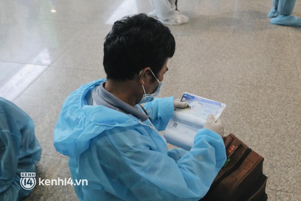 Gần 200 người Bình Định rời TP.HCM trên chuyến bay đặc biệt: Cầm tấm vé trên tay, ai cũng bồi hồi xúc động khi được về quê hương - Ảnh 8.