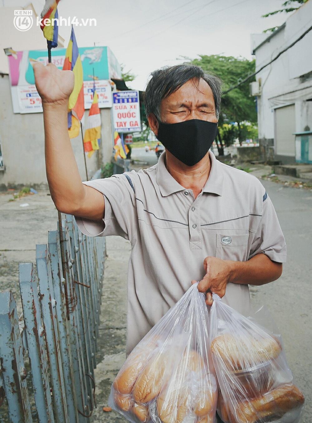 Mẹ khiếm thị, con trai nấu cơm rồi đi khắp Sài Gòn để tặng người khuyết tật: Mẹ có anh đi còn té ngã, cô chú ngoài kia chẳng biết sống sao - Ảnh 11.