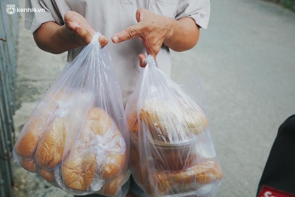 Mẹ khiếm thị, con trai nấu cơm rồi đi khắp Sài Gòn để tặng người khuyết tật: Mẹ có anh đi còn té ngã, cô chú ngoài kia chẳng biết sống sao - Ảnh 12.