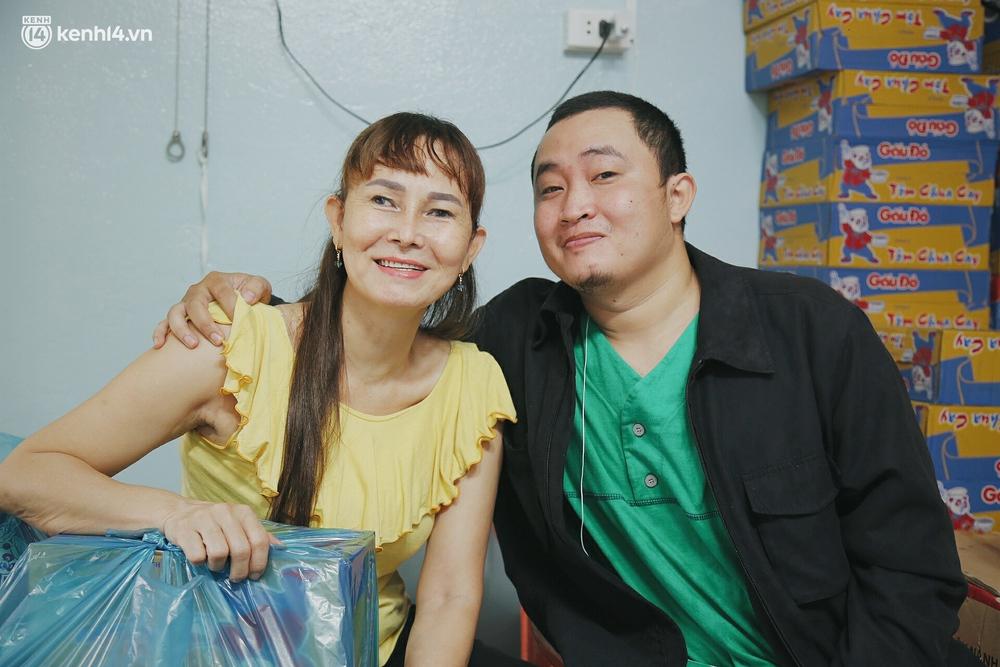 Mẹ khiếm thị, con trai nấu cơm rồi đi khắp Sài Gòn để tặng người khuyết tật: Mẹ có anh đi còn té ngã, cô chú ngoài kia chẳng biết sống sao - Ảnh 3.