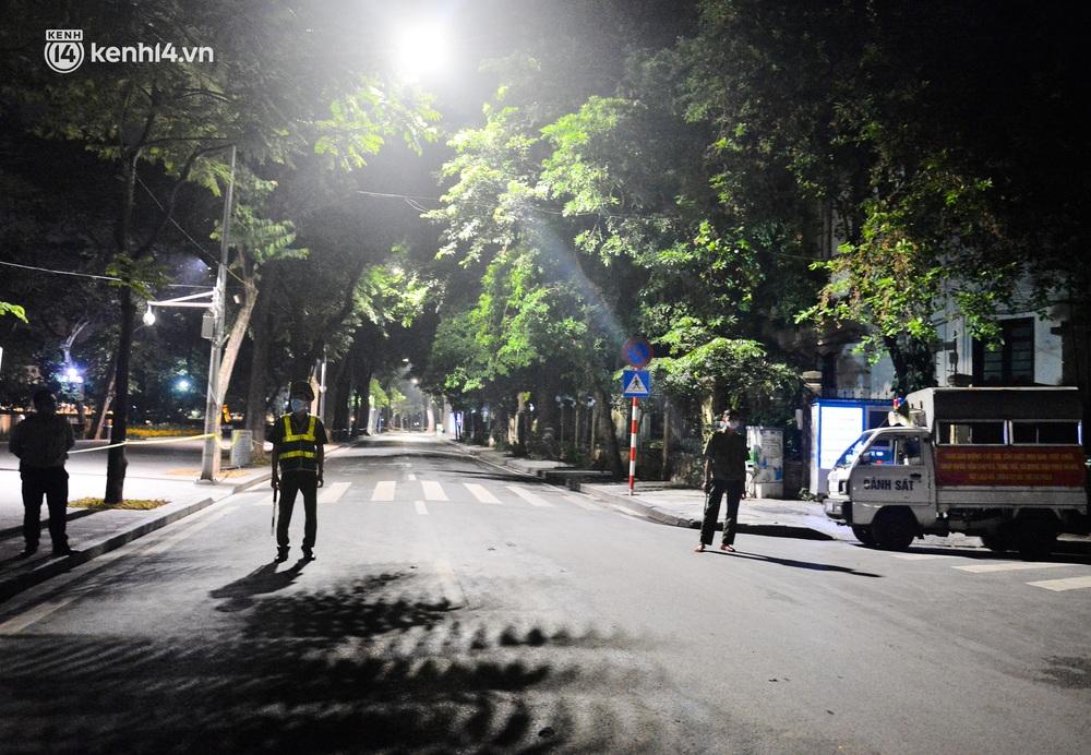 Hà Nội: Người dân né chốt, nửa đêm đến hồ Gươm tập thể dục dù công an canh gác xuyên đêm - Ảnh 4.
