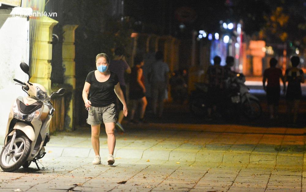 Hà Nội: Người dân né chốt, nửa đêm đến hồ Gươm tập thể dục dù công an canh gác xuyên đêm - Ảnh 12.