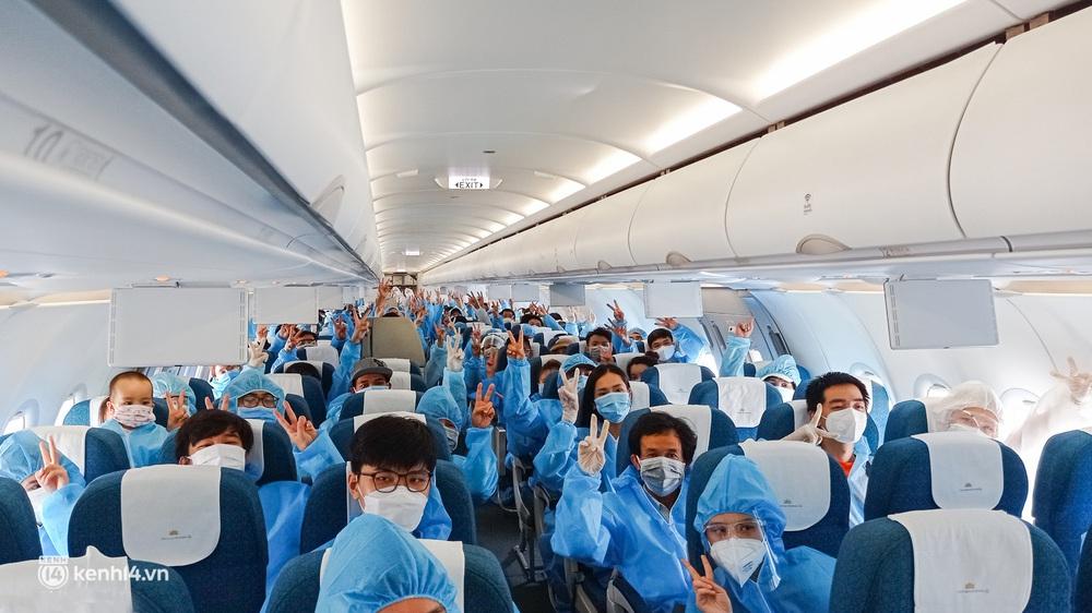 Ảnh: Hơn 600 người dân Đà Nẵng bị mắc kẹt tại TP.HCM được trở về quê hương trên chuyến bay 0 đồng - Ảnh 1.