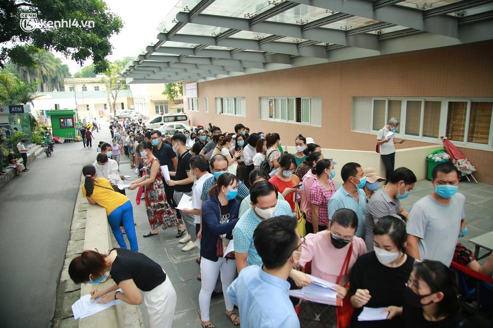 Hà Nội: Kinh hoàng cảnh biển người chen chân đến tiêm phòng vắc xin Covid-19 tại Bệnh viện E - Ảnh 2.