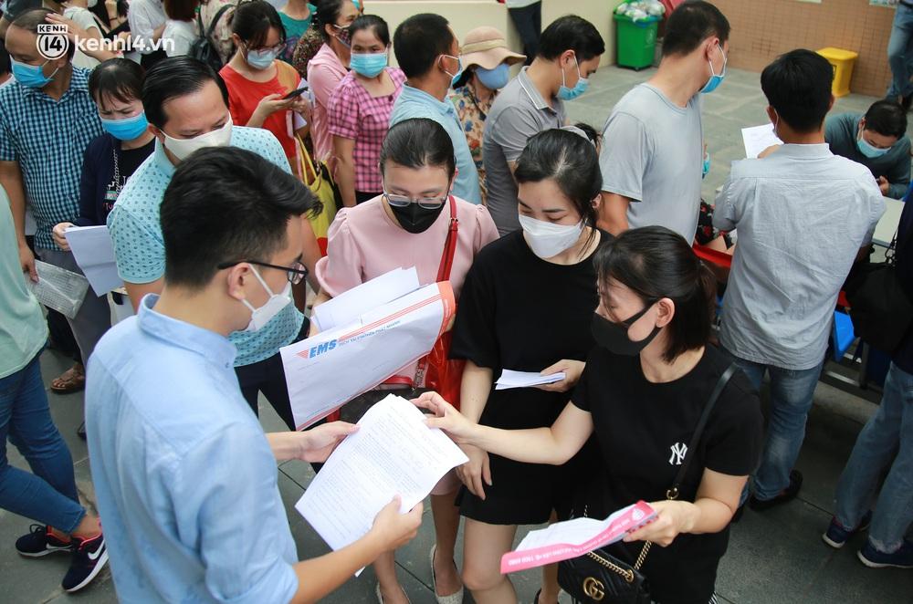 Hà Nội: Kinh hoàng cảnh biển người chen chân đến tiêm phòng vắc xin Covid-19 tại Bệnh viện E - Ảnh 7.