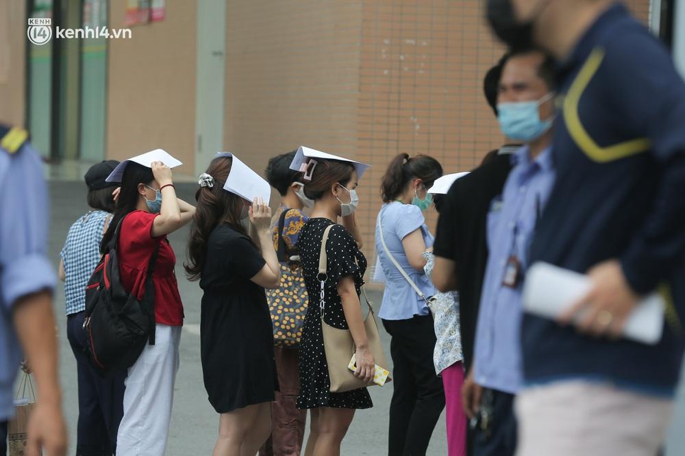 Hà Nội: Kinh hoàng cảnh biển người chen chân đến tiêm phòng vắc xin Covid-19 tại Bệnh viện E - Ảnh 8.