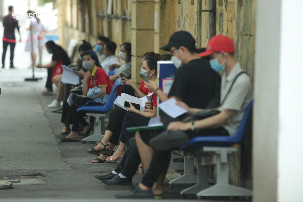 Hà Nội: Kinh hoàng cảnh biển người chen chân đến tiêm phòng vắc xin Covid-19 tại Bệnh viện E - Ảnh 11.