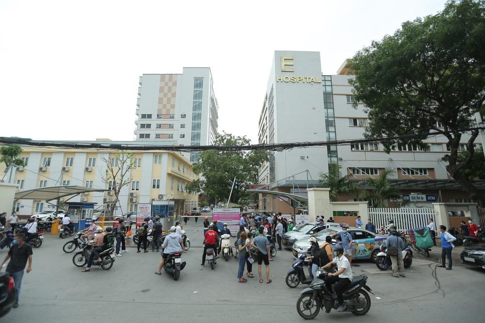 Hà Nội: Kinh hoàng cảnh biển người chen chân đến tiêm phòng vắc xin Covid-19 tại Bệnh viện E - Ảnh 1.