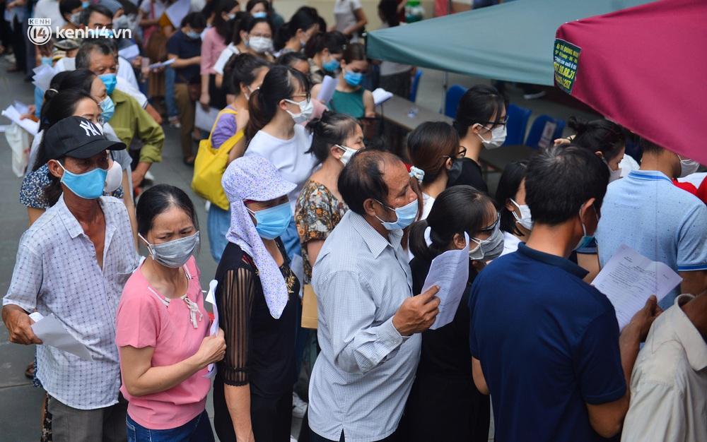 Hà Nội: Kinh hoàng cảnh biển người chen chân đến tiêm phòng vắc xin Covid-19 tại Bệnh viện E - Ảnh 4.