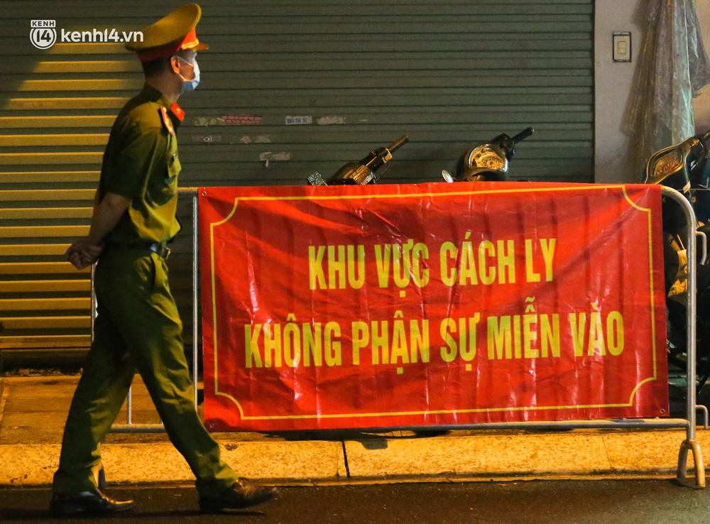 Hà Nội: Phong toả, lấy mẫu xét nghiệm xuyên đêm cho người dân sau 2 ca dương tính SARS-CoV-2 mới tại Tây Hồ - Ảnh 3.