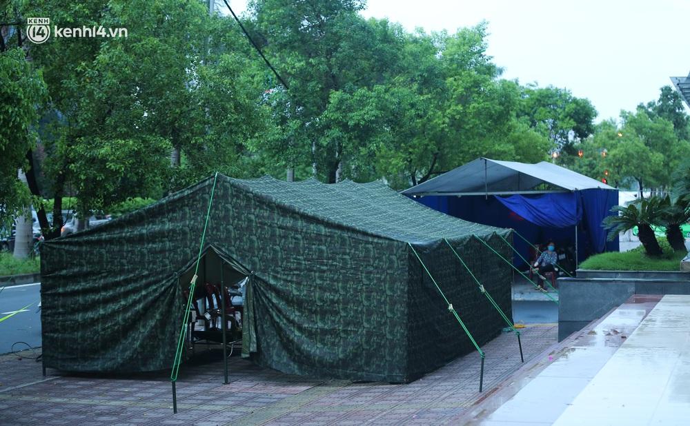 Ảnh: Dựng lều dã chiến, cách ly y tế chung cư ở Khu đô thị Ngoại giao đoàn - Ảnh 5.