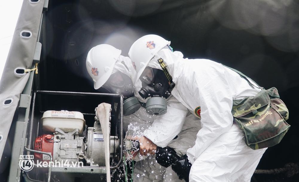 Ảnh: Bắt đầu chiến dịch phun khử khuẩn diệt Covid-19 lớn nhất lịch sử ở TP.HCM - Ảnh 12.