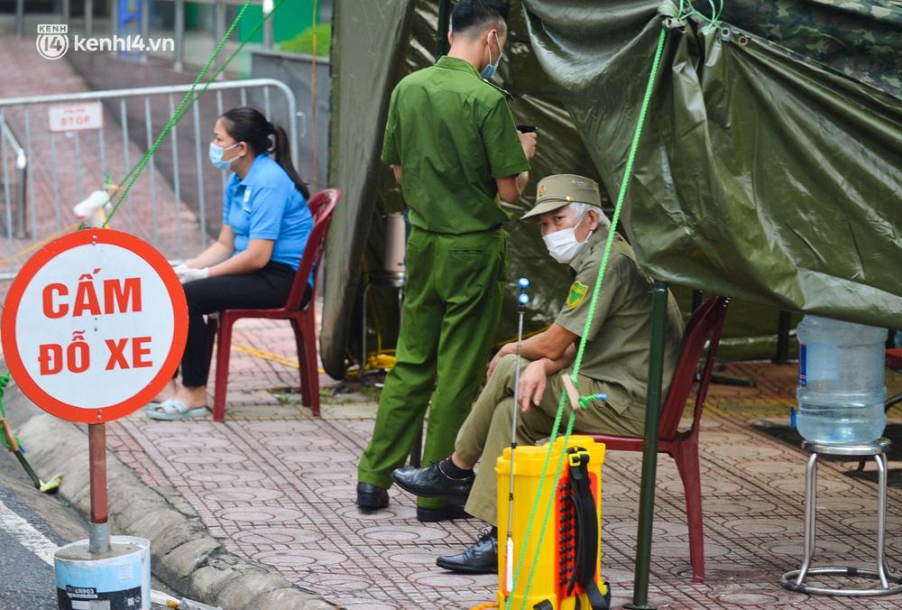 Ảnh: Dựng lều dã chiến, cách ly y tế chung cư ở Khu đô thị Ngoại giao đoàn - Ảnh 6.