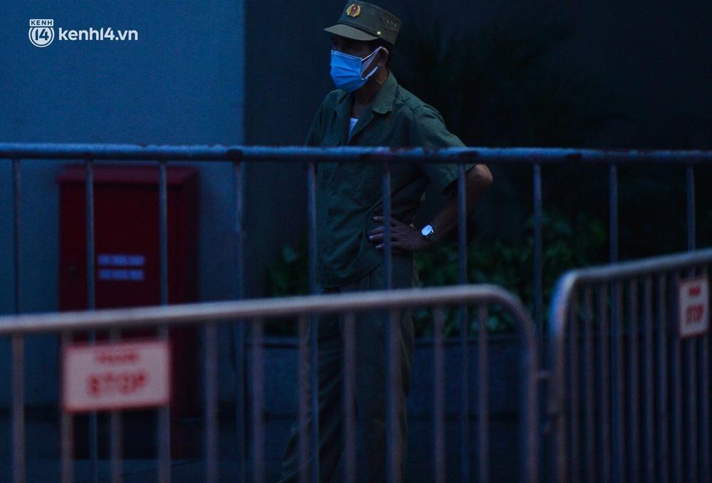 Ảnh: Hà Nội phong tỏa chung cư 4.000 dân trong 14 ngày, người dân chuyển đồ tiếp tế trong đêm qua rào chắn 3 lớp - Ảnh 3.