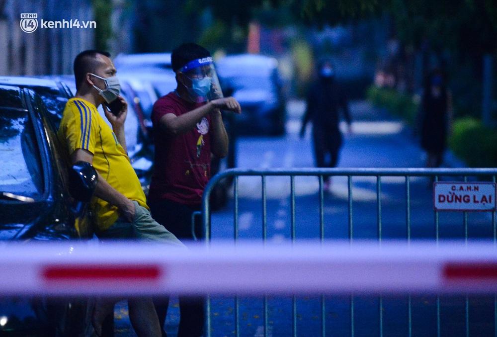 Ảnh: Hà Nội phong tỏa chung cư 4.000 dân trong 14 ngày, người dân chuyển đồ tiếp tế trong đêm qua rào chắn 3 lớp - Ảnh 11.