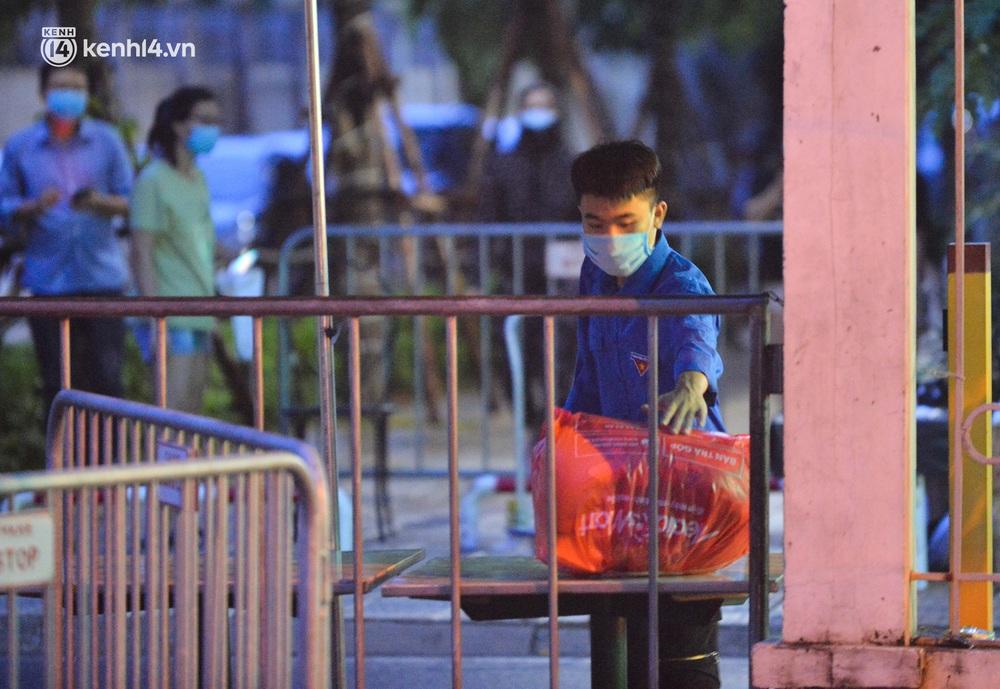 Ảnh: Hà Nội phong tỏa chung cư 4.000 dân trong 14 ngày, người dân chuyển đồ tiếp tế trong đêm qua rào chắn 3 lớp - Ảnh 6.