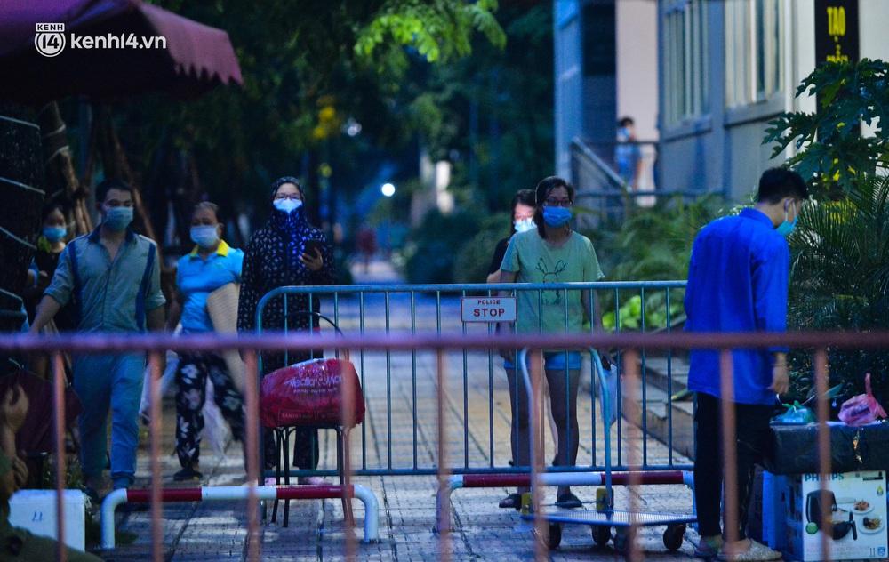 Ảnh: Hà Nội phong tỏa chung cư 4.000 dân trong 14 ngày, người dân chuyển đồ tiếp tế trong đêm qua rào chắn 3 lớp - Ảnh 4.