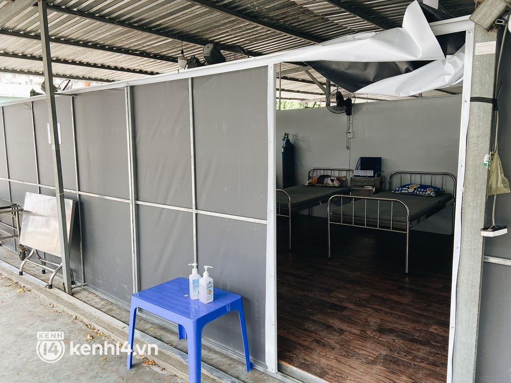 Cận cảnh khu điều trị Covid-19 trên sân bóng đá đầu tiên ở Sài Gòn vừa chính thức đón F0 - Ảnh 7.