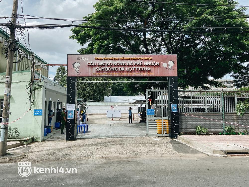 Cận cảnh khu điều trị Covid-19 trên sân bóng đá đầu tiên ở Sài Gòn vừa chính thức đón F0 - Ảnh 1.