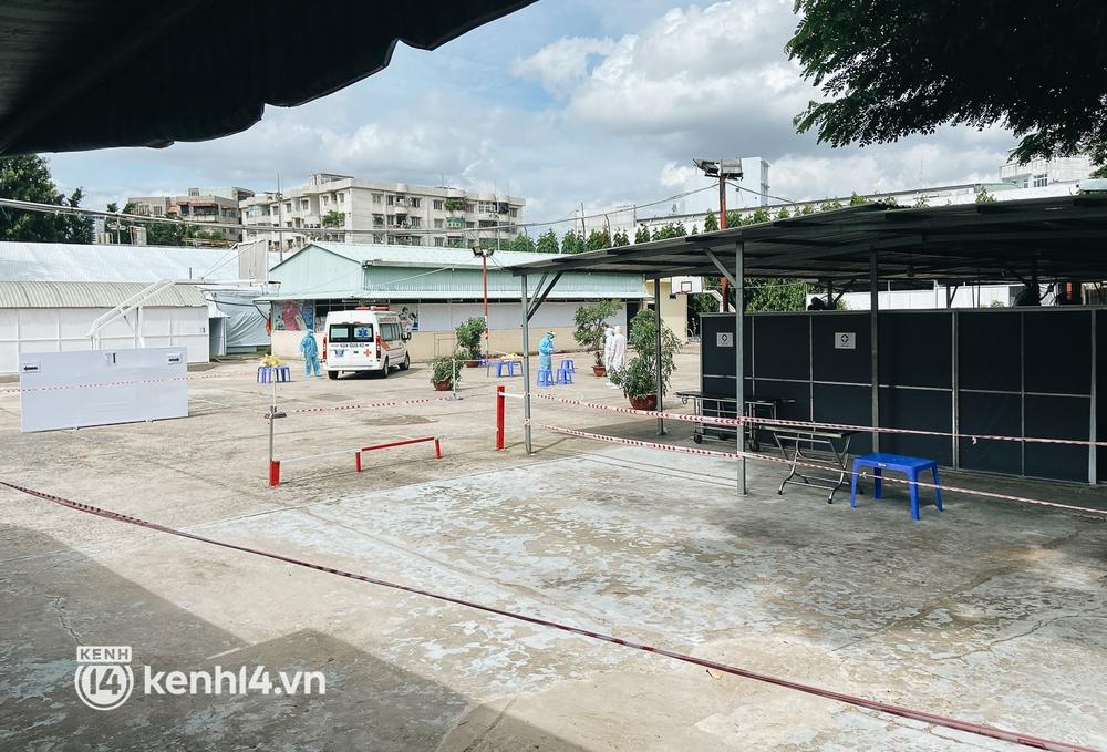 Cận cảnh khu điều trị Covid-19 trên sân bóng đá đầu tiên ở Sài Gòn vừa chính thức đón F0 - Ảnh 14.