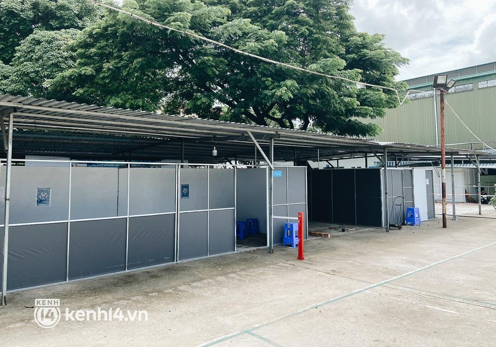 Cận cảnh khu điều trị Covid-19 trên sân bóng đá đầu tiên ở Sài Gòn vừa chính thức đón F0 - Ảnh 4.