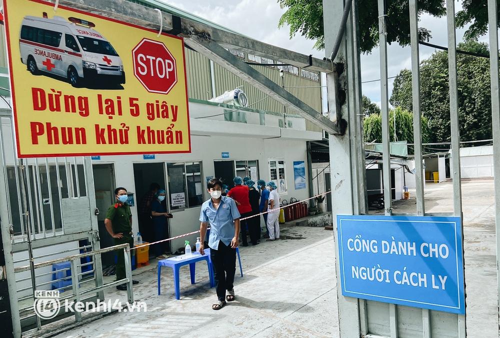 Cận cảnh khu điều trị Covid-19 trên sân bóng đá đầu tiên ở Sài Gòn vừa chính thức đón F0 - Ảnh 3.