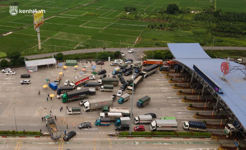 Ảnh: Cửa ngõ Hà Nội ùn tắc trong ngày đầu giãn cách, hàng loạt phương tiện quay đầu vì tài xế không biết thông tin - Ảnh 3.