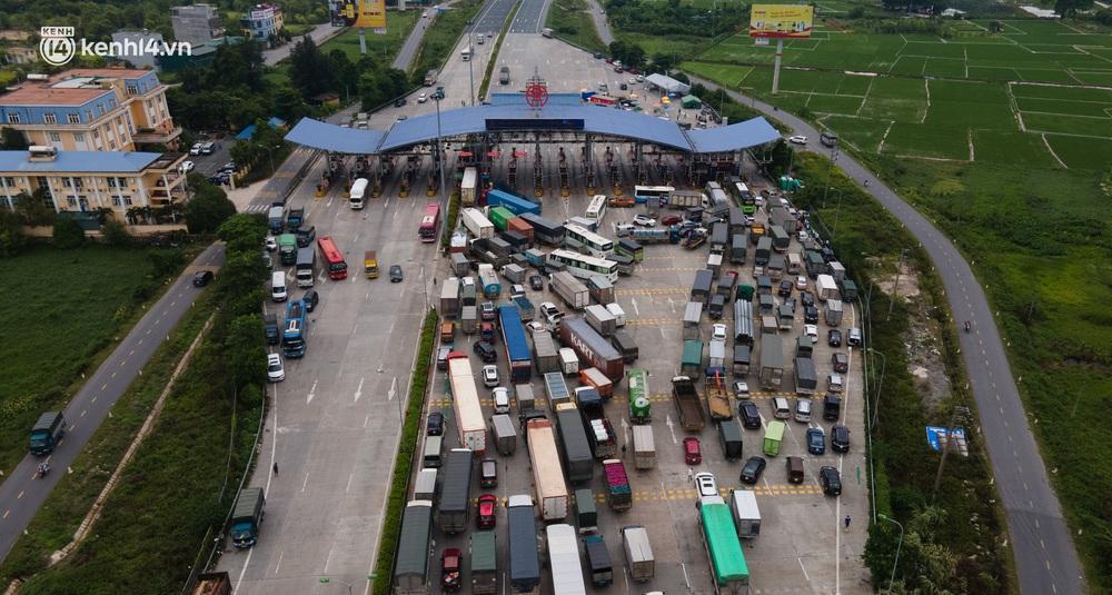 Ảnh: Cửa ngõ Hà Nội ùn tắc trong ngày đầu giãn cách, hàng loạt phương tiện quay đầu vì tài xế không biết thông tin - Ảnh 2.
