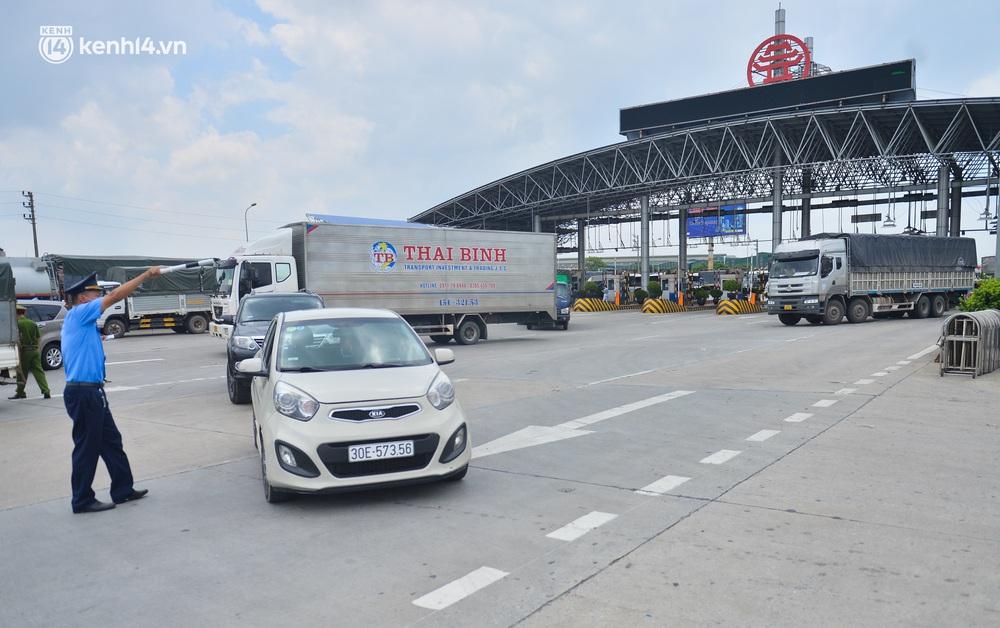 Ảnh: Cửa ngõ Hà Nội ùn tắc trong ngày đầu giãn cách, hàng loạt phương tiện quay đầu vì tài xế không biết thông tin - Ảnh 5.