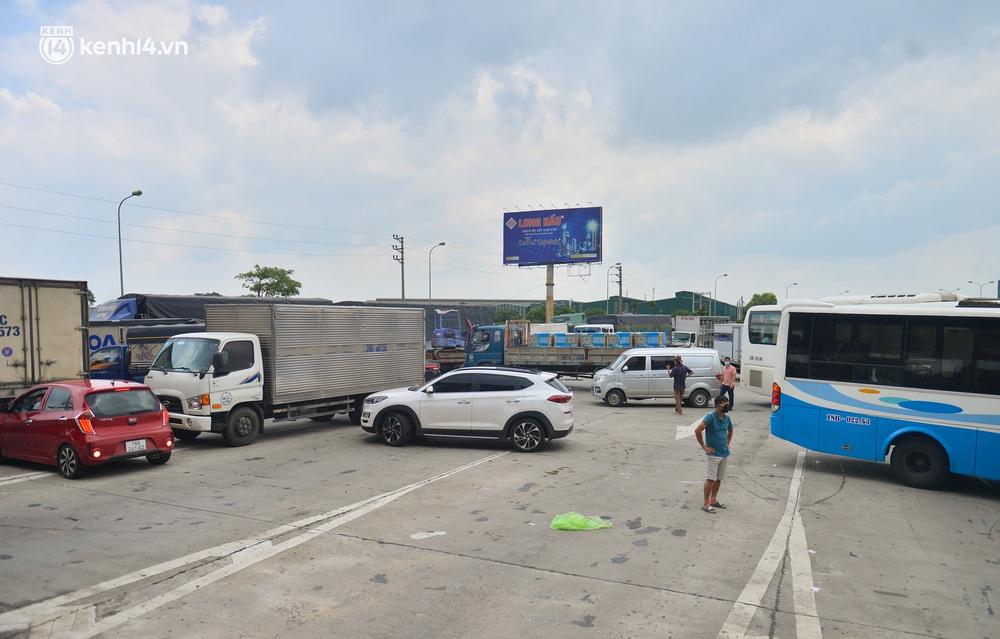Ảnh: Cửa ngõ Hà Nội ùn tắc trong ngày đầu giãn cách, hàng loạt phương tiện quay đầu vì tài xế không biết thông tin - Ảnh 10.