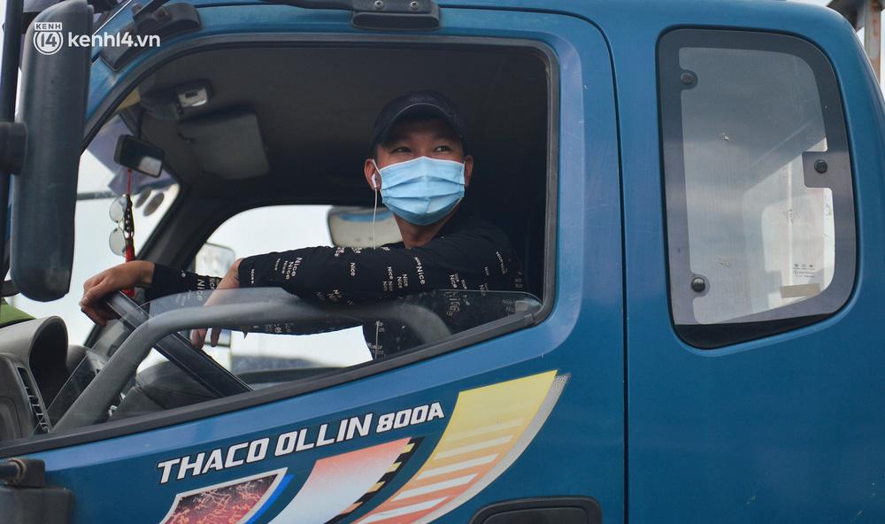 Ảnh: Cửa ngõ Hà Nội ùn tắc trong ngày đầu giãn cách, hàng loạt phương tiện quay đầu vì tài xế không biết thông tin - Ảnh 9.