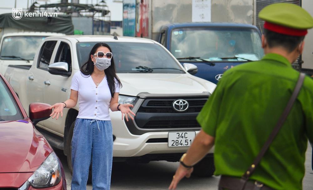 Ảnh: Cửa ngõ Hà Nội ùn tắc trong ngày đầu giãn cách, hàng loạt phương tiện quay đầu vì tài xế không biết thông tin - Ảnh 8.
