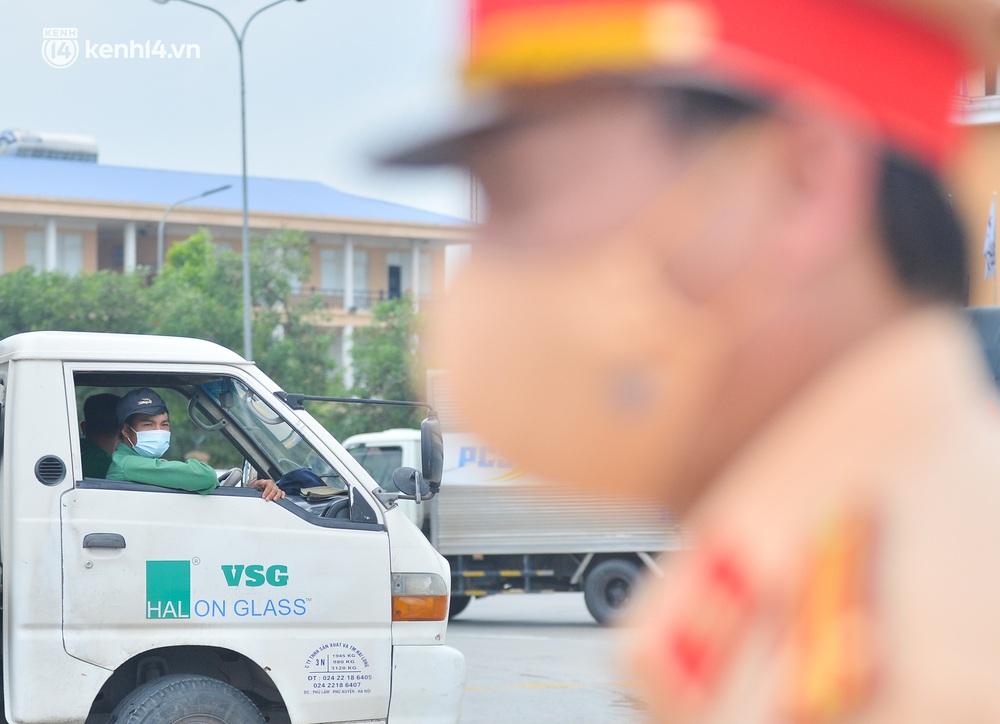 Ảnh: Cửa ngõ Hà Nội ùn tắc trong ngày đầu giãn cách, hàng loạt phương tiện quay đầu vì tài xế không biết thông tin - Ảnh 12.