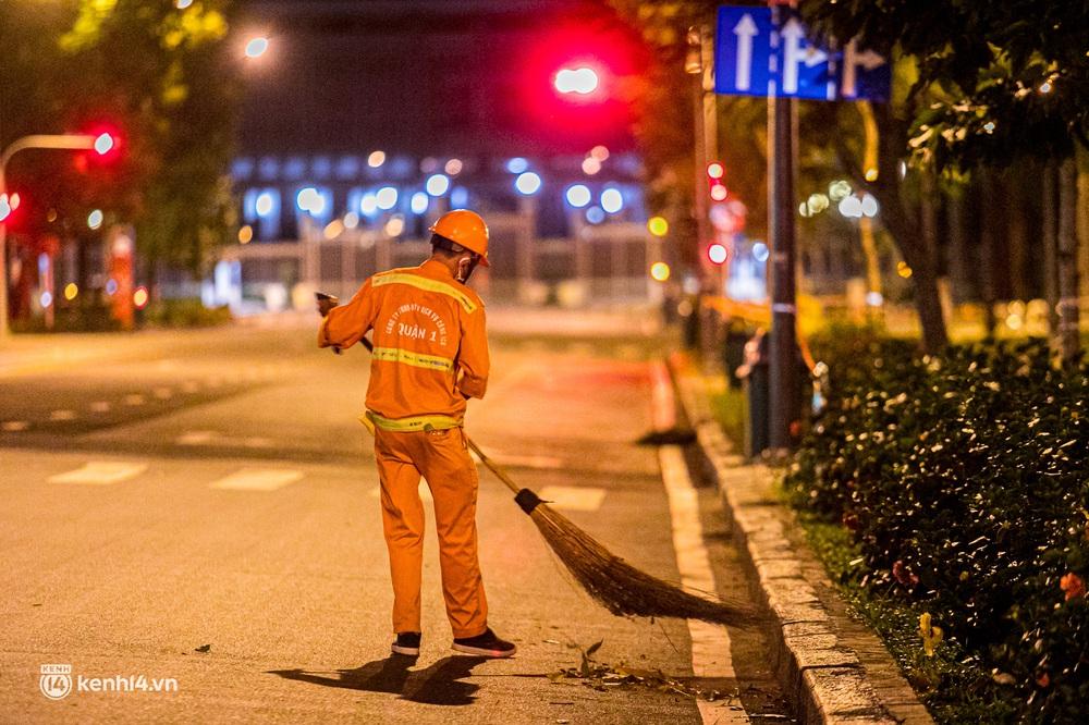 Ảnh: Đường phố Sài Gòn sau 18h vắng lặng như thế nào? - Ảnh 10.