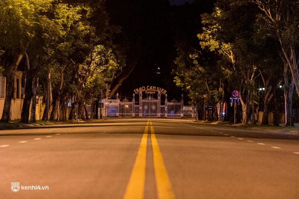 Ảnh: Đường phố Sài Gòn sau 18h vắng lặng như thế nào? - Ảnh 3.