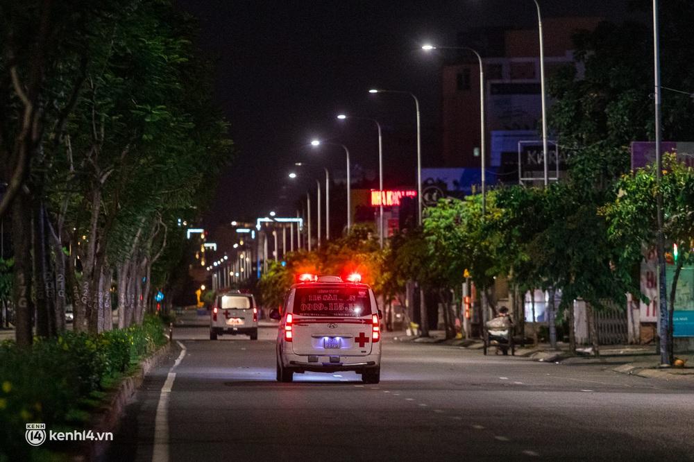 Ảnh: Đường phố Sài Gòn sau 18h vắng lặng như thế nào? - Ảnh 12.