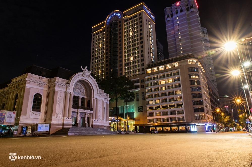 Ảnh: Đường phố Sài Gòn sau 18h vắng lặng như thế nào? - Ảnh 8.