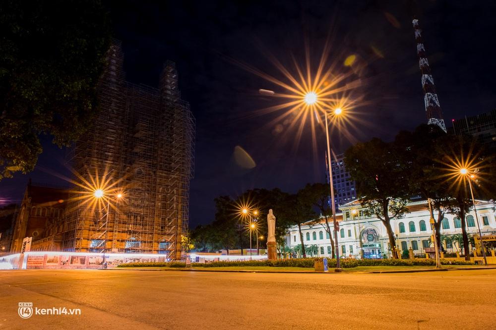 Ảnh: Đường phố Sài Gòn sau 18h vắng lặng như thế nào? - Ảnh 17.