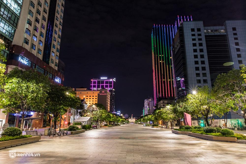 Ảnh: Đường phố Sài Gòn sau 18h vắng lặng như thế nào? - Ảnh 19.