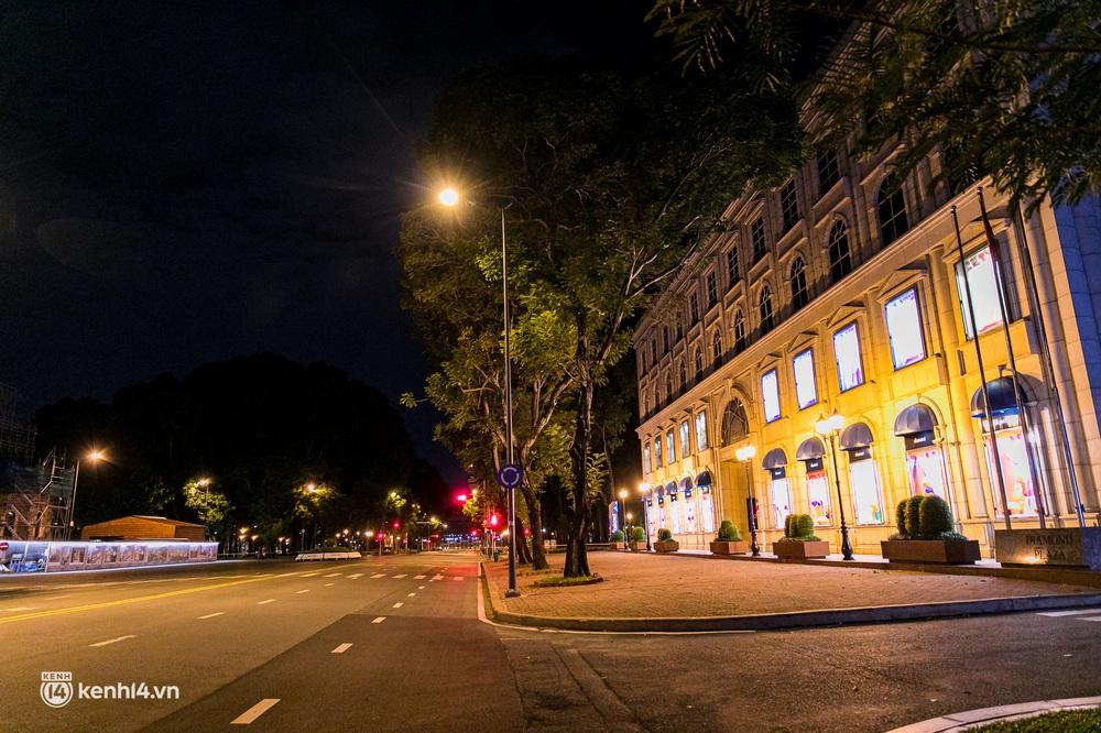 Ảnh: Đường phố Sài Gòn sau 18h vắng lặng như thế nào? - Ảnh 16.
