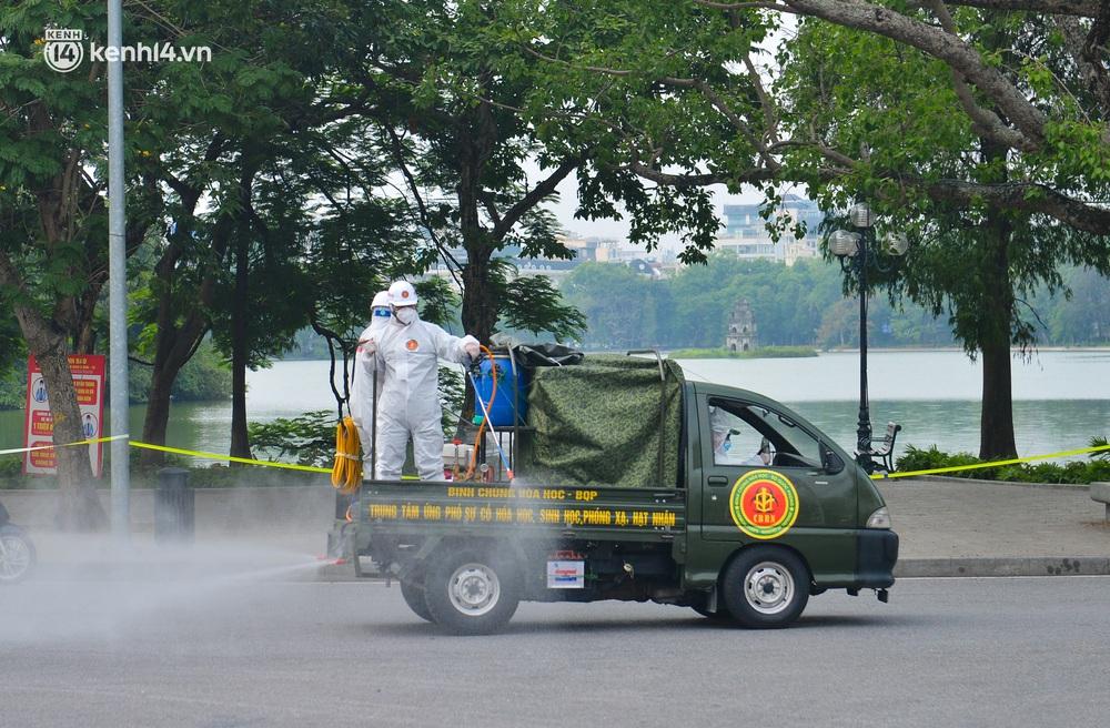 Ảnh: Hàng chục xe chuyên dụng bắt đầu phun khử khuẩn quanh hồ Gươm và nhiều tuyến phố chính tại Hà Nội - Ảnh 8.