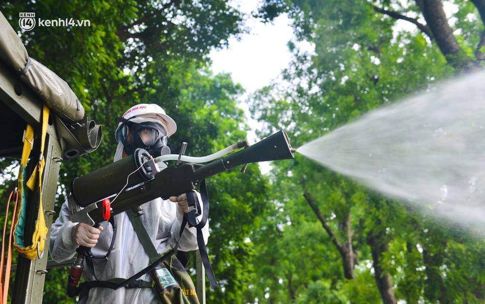 Ảnh: Hàng chục xe chuyên dụng bắt đầu phun khử khuẩn quanh hồ Gươm và nhiều tuyến phố chính tại Hà Nội - Ảnh 10.