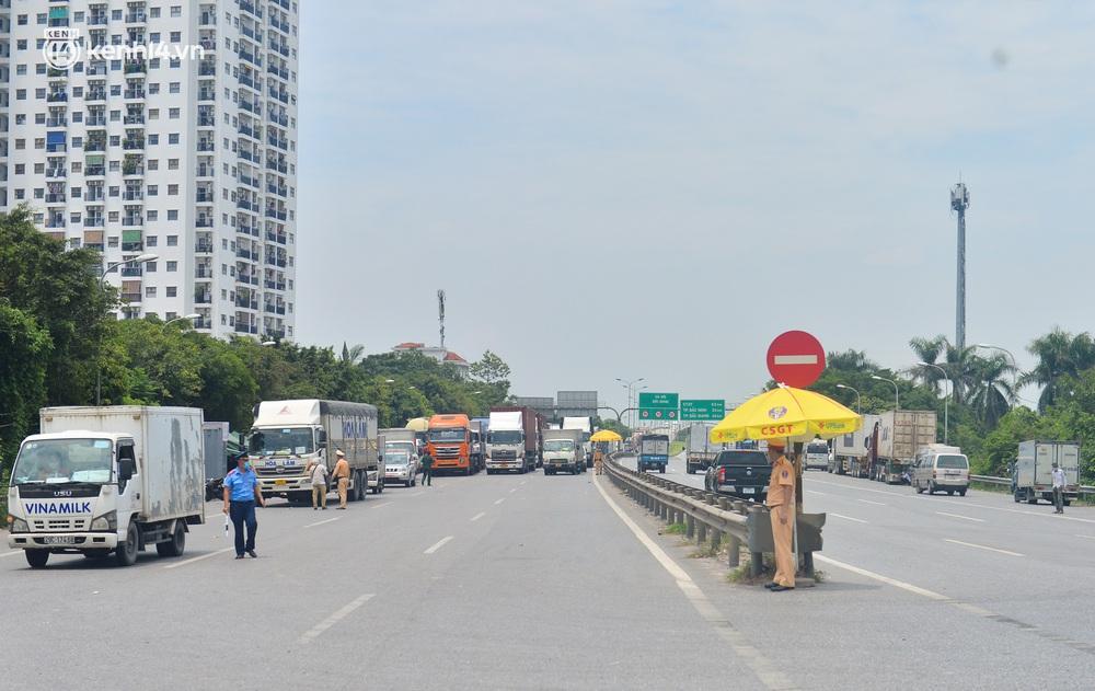 Hà Nội: Chốt kiểm dịch cầu Phù Đổng thông thoáng, nhiều tài xế xe đường dài phải ăn mì tôm 2 ngày chờ qua chốt - Ảnh 2.