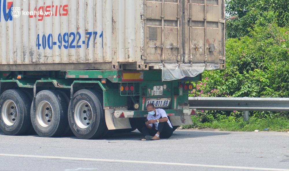 Hà Nội: Chốt kiểm dịch cầu Phù Đổng thông thoáng, nhiều tài xế xe đường dài phải ăn mì tôm 2 ngày chờ qua chốt - Ảnh 12.