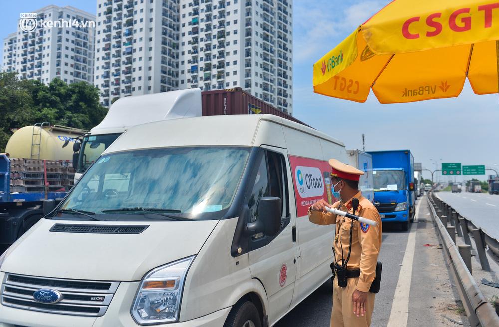 Hà Nội: Chốt kiểm dịch cầu Phù Đổng thông thoáng, nhiều tài xế xe đường dài phải ăn mì tôm 2 ngày chờ qua chốt - Ảnh 4.