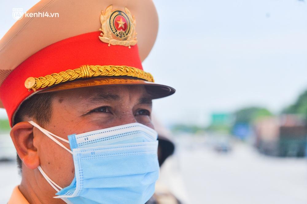 Hà Nội: Chốt kiểm dịch cầu Phù Đổng thông thoáng, nhiều tài xế xe đường dài phải ăn mì tôm 2 ngày chờ qua chốt - Ảnh 7.