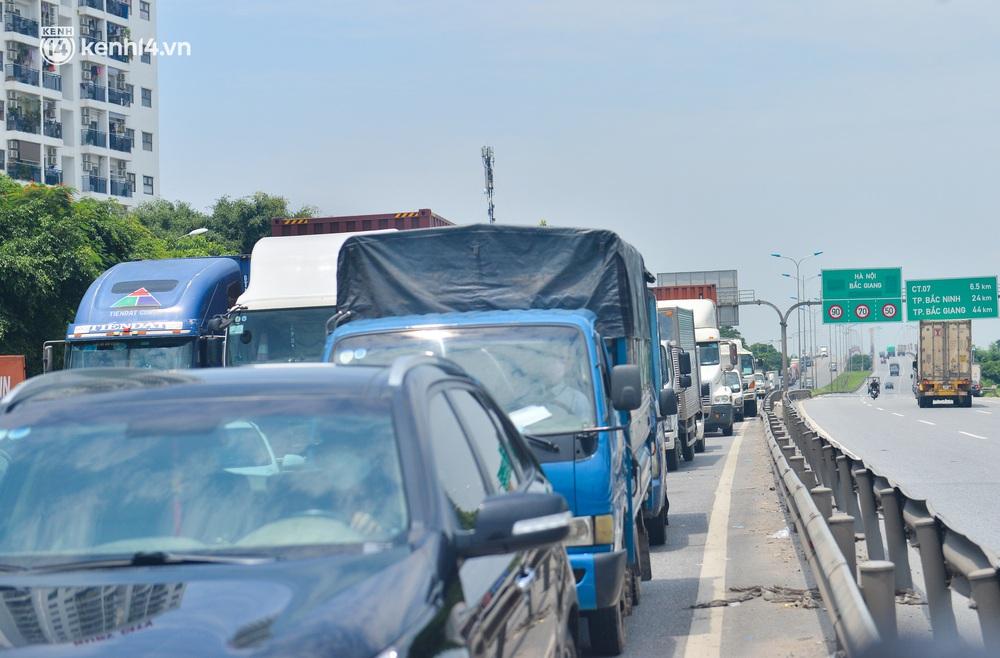 Hà Nội: Chốt kiểm dịch cầu Phù Đổng thông thoáng, nhiều tài xế xe đường dài phải ăn mì tôm 2 ngày chờ qua chốt - Ảnh 3.