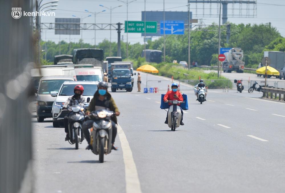 Hà Nội: Chốt kiểm dịch cầu Phù Đổng thông thoáng, nhiều tài xế xe đường dài phải ăn mì tôm 2 ngày chờ qua chốt - Ảnh 10.